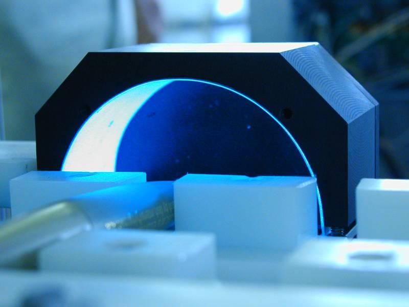 Iluminador electroluminiscente para el reconocimiento de caracteres marcados con láser en superficie circular